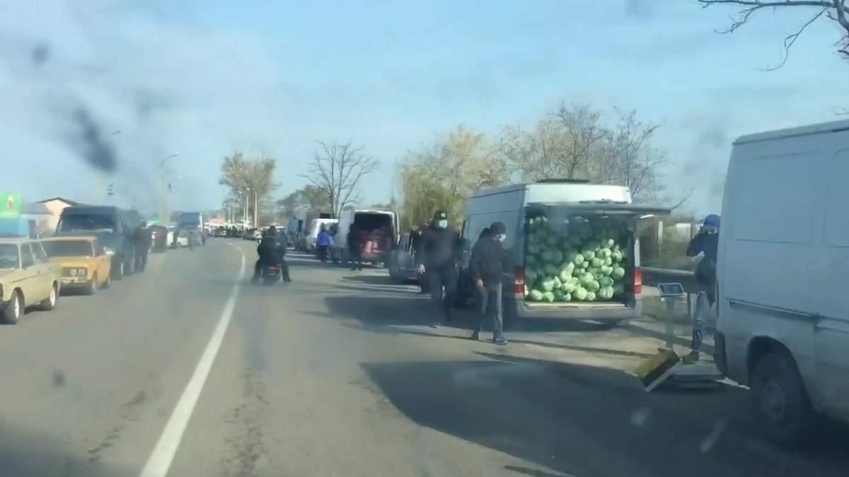 Купи городини гниють, а збуту немає: найбільший оптовий ринок Херсонщини закрили – відео