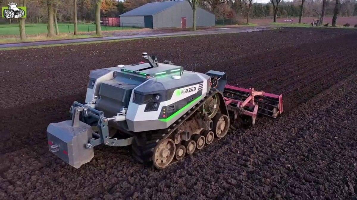 Робот-трактор AgXeed Agbot