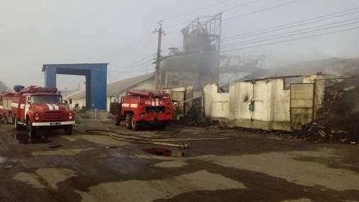 В Харьковской области горят склады с зерном: фото