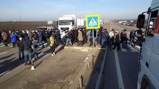 У 10 областях України аграрії перекрили дороги, протестуючи проти продажу землі: фото