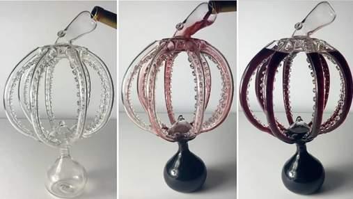 Мастер выдувает из стекла невероятный декантер для вина в форме осьминога: видео
