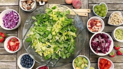 """Літній салат із жимолостю та кіноа за рецептом су-шефа """"Пекельної кухні"""" Олени Жаботинської"""