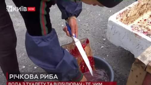 У Києві спіймали продавців риби, які обприскують її водою з туалету та дезінфікують білизною